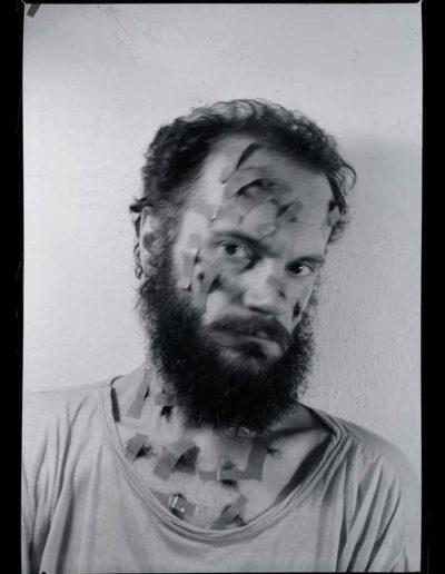 1987 Eugeniusz Józefowski, Autoportret 1, Performance z włosami, pinhol, negatyw 13 x 18 cm