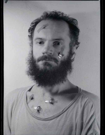 1987 Eugeniusz Józefowski, Autoportret 2, Performance z włosami, pinhol, negatyw 13 x 18 cm
