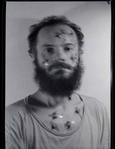 1987 Eugeniusz Józefowski, Autoportret 3, Performance z włosami, pinhol, negatyw 13 x 18 cm