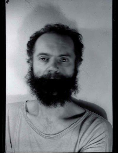 1987 Eugeniusz Józefowski, Autoportret 5, Performance z włosami, pinhol, negatyw 13 x 18 cm