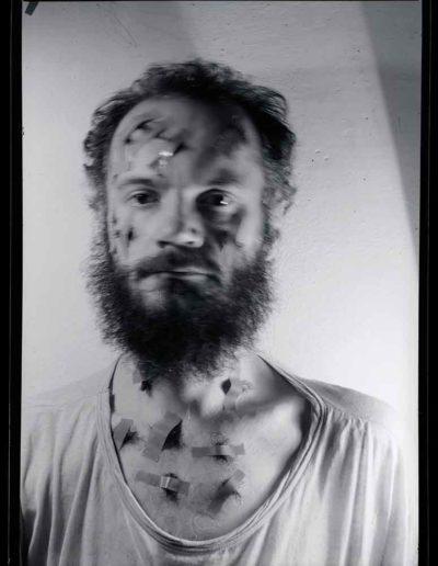 1987 Eugeniusz Józefowski, Autoportret 6, Performance z włosami, pinhol, negatyw 13 x 18 cm