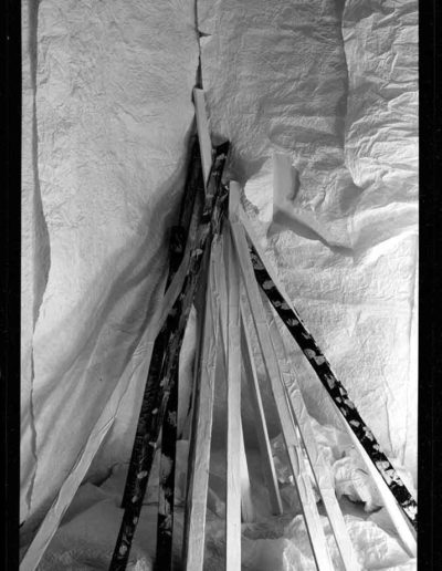 1988 Eugeniusz Józefowski, Aranżacje z listewkami, Instalacje osobiste, fotografia na negatywach 10 x 15 cm 01