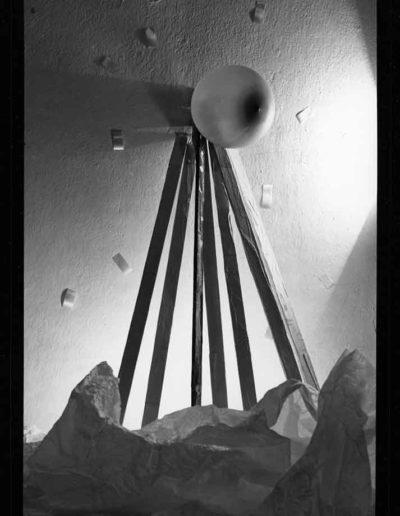 1988 Eugeniusz Józefowski, Aranżacje z listewkami, Instalacje osobiste, fotografia na negatywach 10 x 15 cm 07