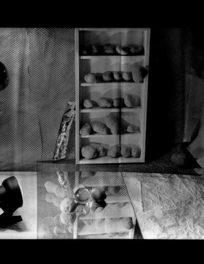 1995 Eugeniusz Józefowski, Biblioteka ziemniaków i kamieni, Instalacje osobiste aranżowane na Gajowej, fotografia negatwowa 13 x 18 cm 01
