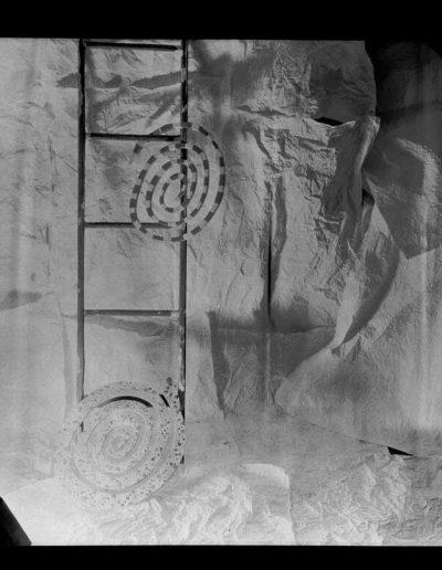1997 Eugeniusz Józefowski, Spirale, papiery z drabiną, 1998 Eugeniusz Józefowski, Papiery z symbolami, pinhol, negatyw 18 x 13 cm