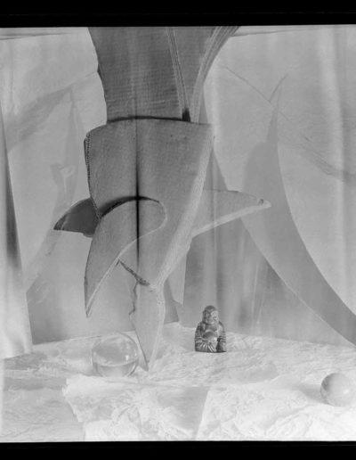 1998 Eugeniusz Józefowski , Układ z malym Buddą, 1998 Eugeniusz Józefowski, Papiery z symbolami, pinhol, negatyw 18 x 13 cm