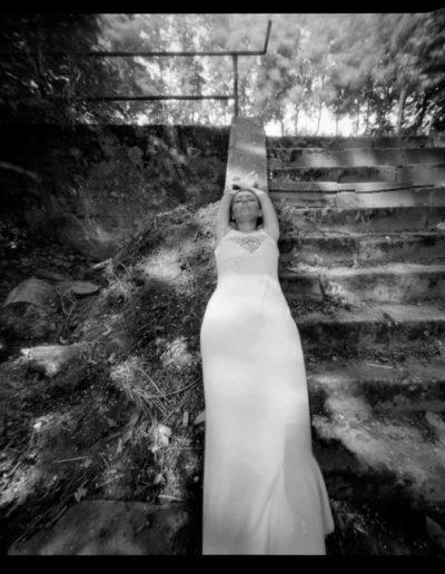 1999 Eugeniusz Józefowski, Dziewczyna na schodach, pinhol, negatyw 4 x 5 cala