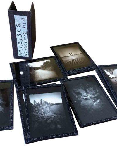 1999 Eugeniusz Józefowski, Miejsca oczekiwania, fotografie zamknięte w szybach i oklejone płótnem introligatorskim, format etui 14 x 19 x 7 cm 02