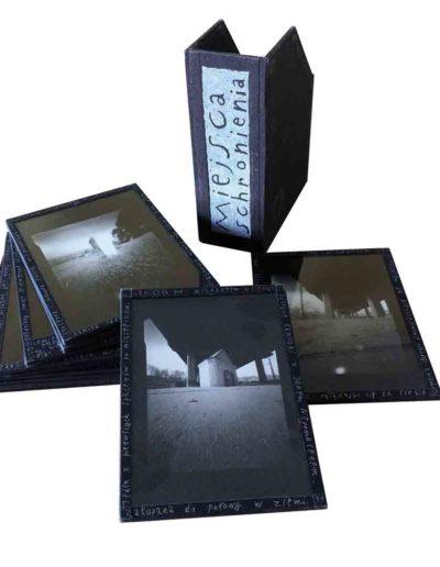 1999 Eugeniusz Józefowski, Miejsca schronienia, fotografie zamknięte w szybach i oklejone płótnem introligatorskim, format etui 14 x 19 x 7 cm 05
