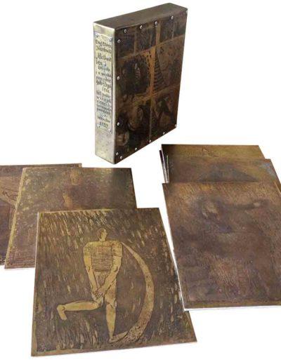 1999 Książki blaszane, książka ze stronicami składającymi się z mosiężnych blach - matryc graficznych podklejonych filcem i trawionych łącznie z blachami na etui, 21 × 27,5 × 5 cm 06