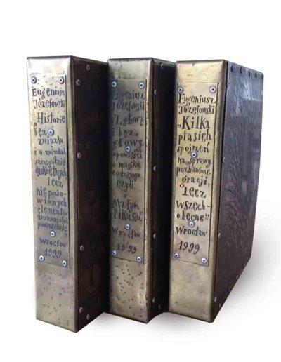 1999 Książki blaszane, książka ze stronicami składającymi się z mosiężnych blach - matryc graficznych podklejonych filcem i trawionych łącznie z blachami na etui, 21 × 27,5 × 5 cm 07