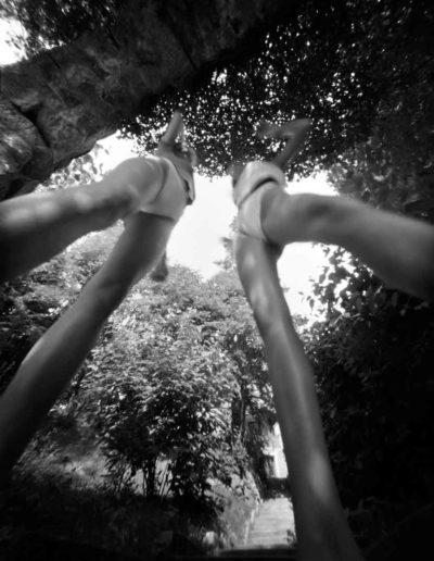 2003 Eugeniusz Józefowski, Ania i Natalia przed drzewem negatyw 9 x 12 cm