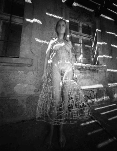 2003 Eugeniusz Józefowski, Ania w sukience od Marka Stanielewicza, pinhol, negatyw 4 x 5 cala