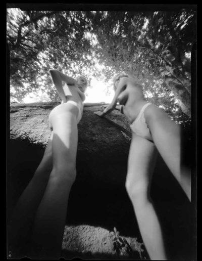2003 Eugeniusz Józefowski, Dziewczyny przy kamieniu, pinhol, negatyw 4 x 5 cala