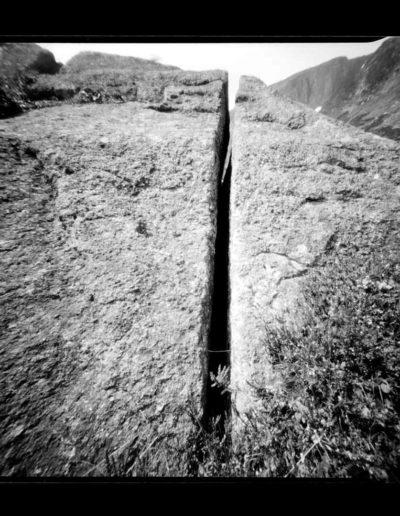 2005 Eugeniusz Józefowski, Szczelina, Plener w Schronisku Samotnia, Góry Karkonosze, pinhol, negatyw 4 x 5 cala