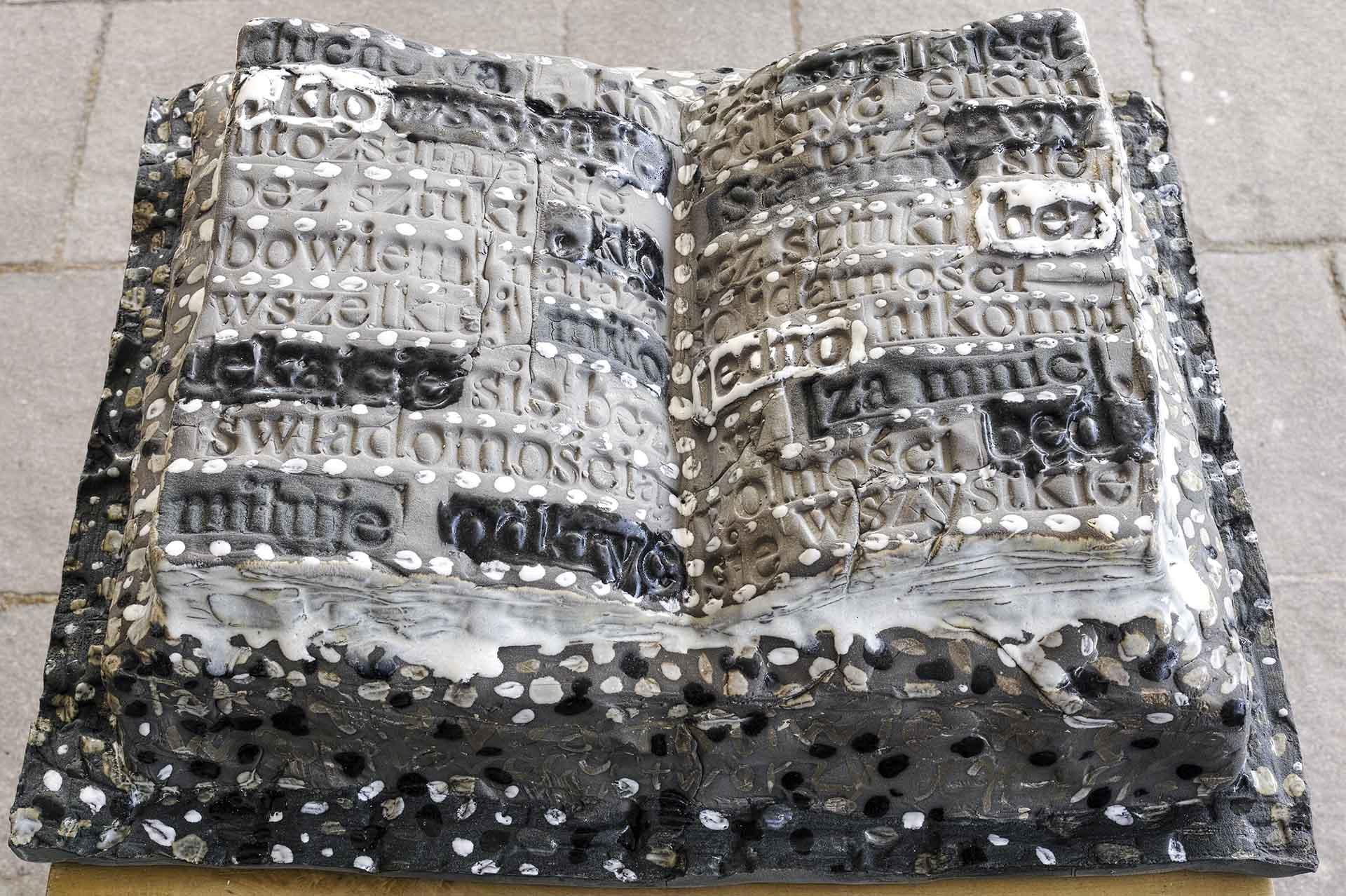 2020 Eugeniusz Józefowski Książka miłująca na czarno z cyklu Dobro-wolność 38 x 30,5 x 11 cm ceramika szkliwiona A