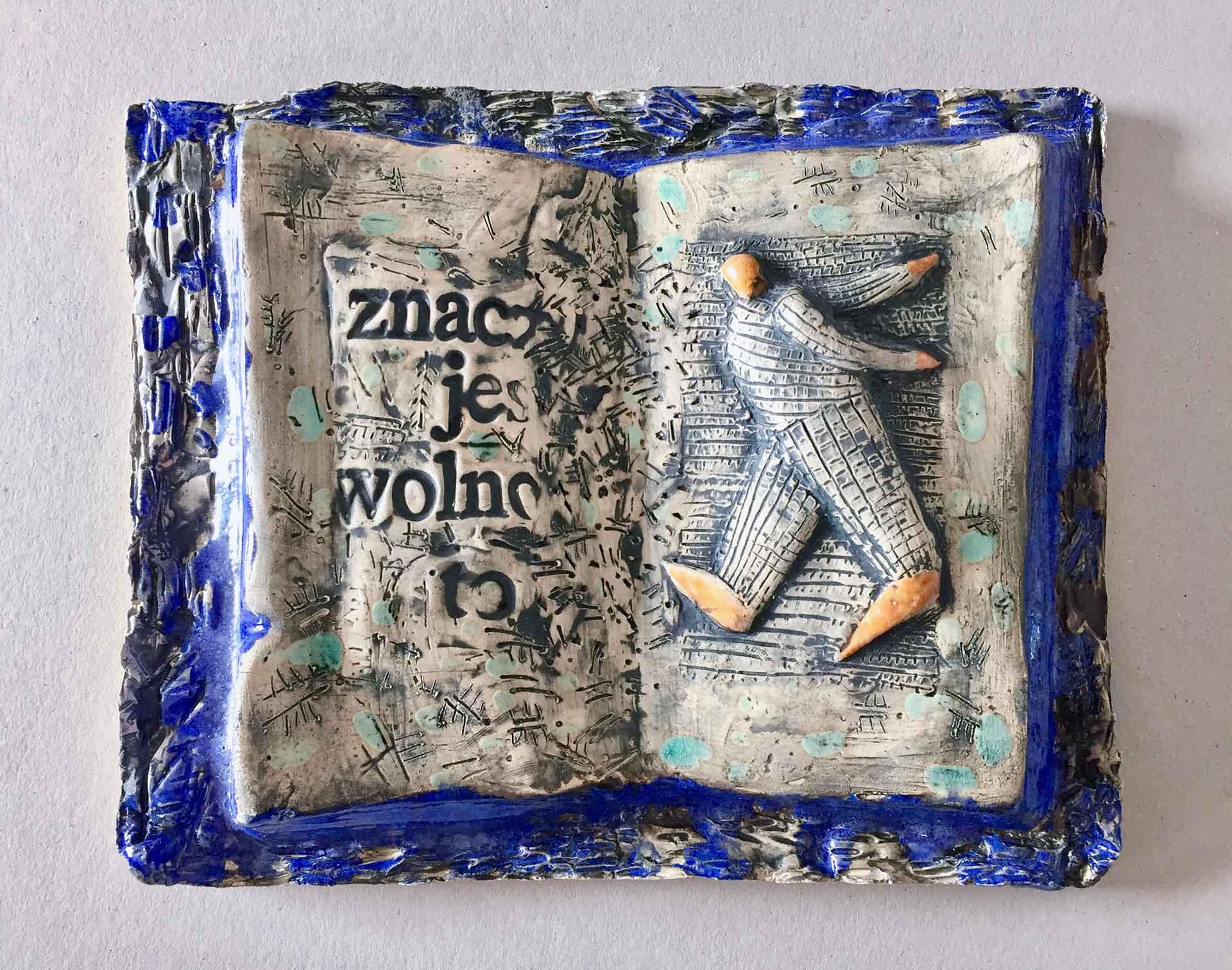 2020 Eugeniusz Józefowski Książka znaczy jest wolno to... z cyklu Dobro-wolność 28 x 23 cm ceramika szkliwiona foto tel 03