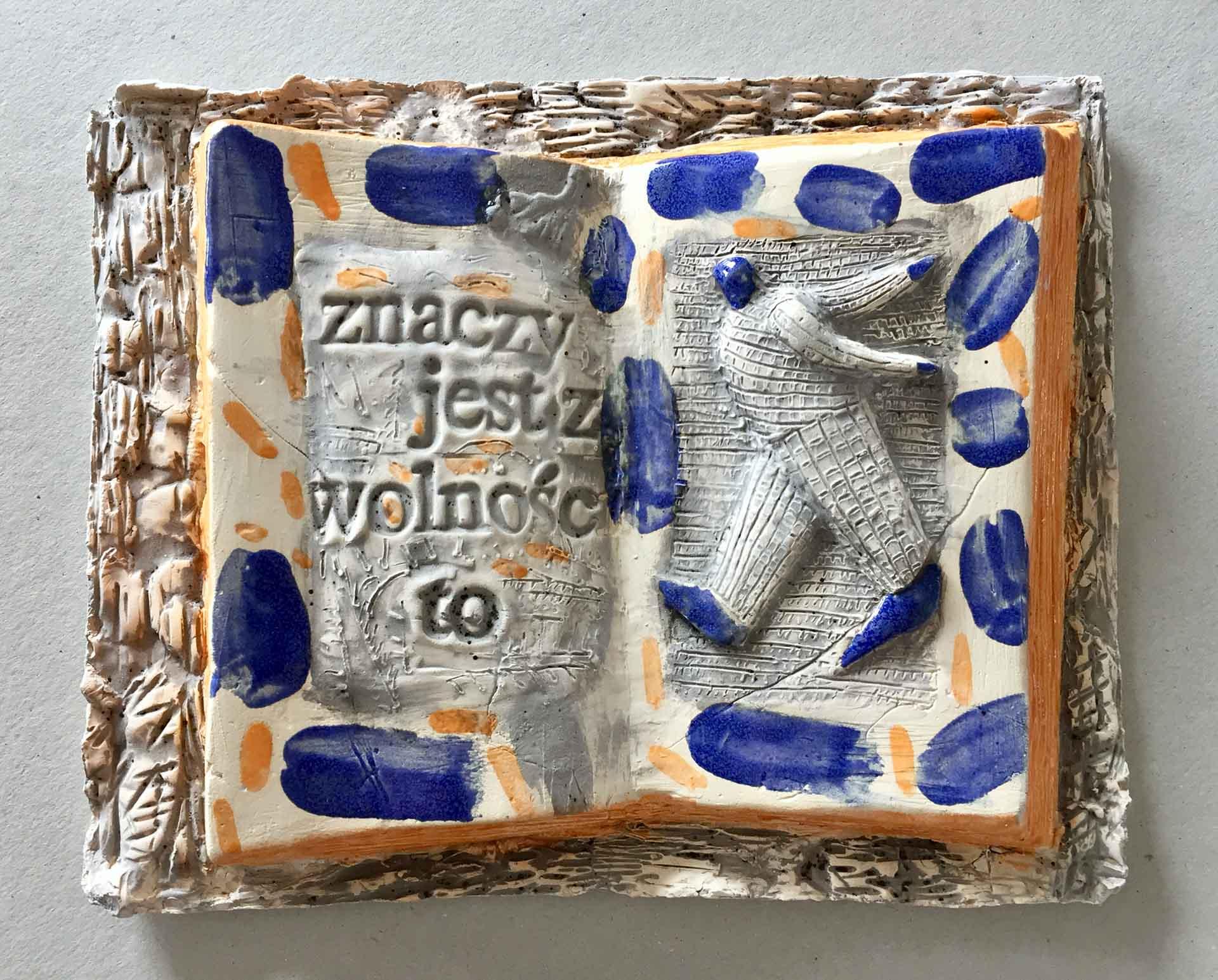 2020 Eugeniusz Józefowski Książka znaczy jest z wolności to... z cyklu Dobro-wolność 28 x 23 cm ceramika szkliwiona foto tel 04